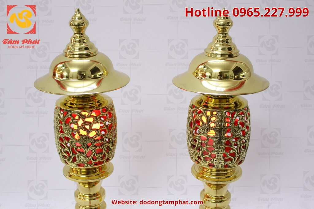 Đôi đèn thờ bằng đồng vàng cao 65cm với hoa văn tinh sảo và màu sắc sang trọng.