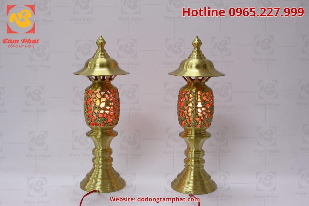 Đôi đèn thờ bằng đồng cát tút cao 65cm với hoa văn tinh xảo và màu sắc đẹp