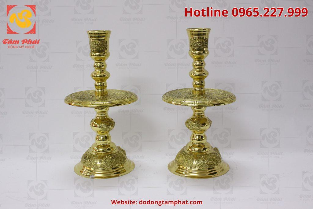 Đôi nến bằng đồng vàng với hoa văn tinh xảo