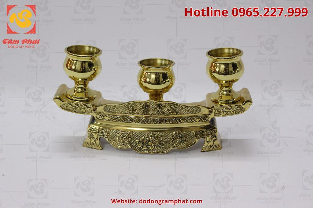 Bộ ngai chén thờ bằng đồng vàng có hoa văn tinh xảo, màu sắc sang trọng.