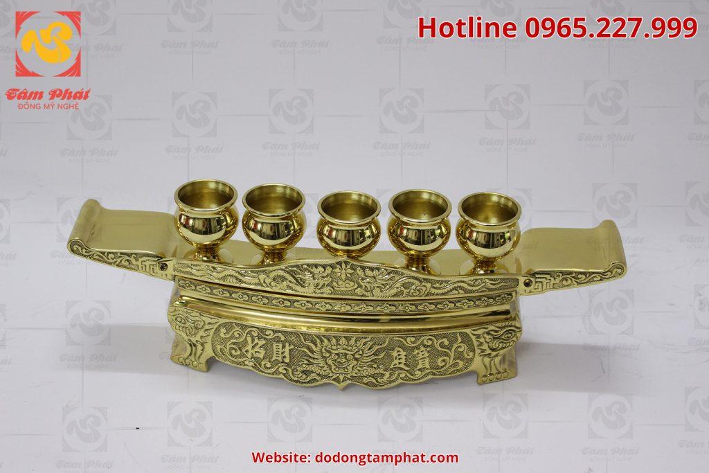 Bộ ngai chén thờ bằng đồng vàng với hoa văn tinh xảo, màu sắc sang trọng