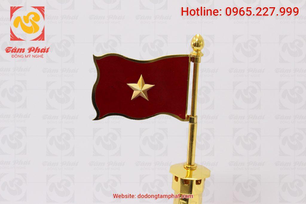 Lá Quốc kỳ Việt Nam trên đỉnh Cột Cờ Hà Nội