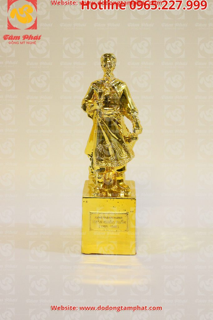 Tượng Trần Hưng Đạo mạ vàng
