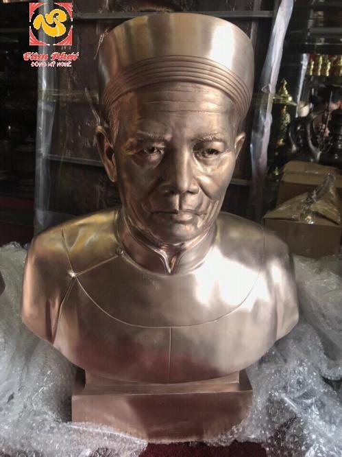 Sự khác biệt cơ bản giữa tượng truyền thần bằng gỗ và tượng truyền thần bằng đồng.