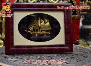 Tranh thuyền vàng khung gỗ sang trọng, bắt mắt