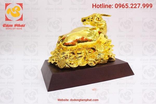 Trâu đồng phong thủy nằm trên tiền vàng - quà tặng cao cấp