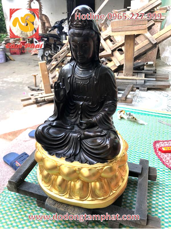 Tượng Phật Quan Âm bằng đồng hun, tọa trên đài sen mạ vàng