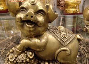 Tượng lợn đồng ôm hũ tiền kích hoạt phong thủy tài lộc