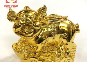 Tượng lợn mạ vàng cao cấp nằm trên tiền xu cổ