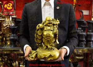 Tượng Phật Di Lặc đứng gánh tiền bằng đồng vàng hun xanh