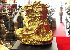 Tượng rồng ôm minh châu Thiên Long Bảo Ngọc mạ vàng