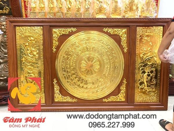 tranh-mat-trong-dong-son-va-hoa-sen-dat-vang-9999-khung-go-2m31-x-1m2-3