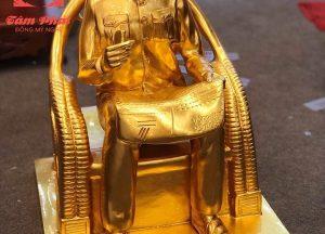 Tượng Bác Hồ ngồi đọc báo Nhân dân xã luận thếp vàng