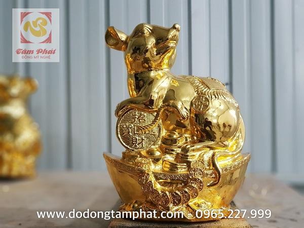 Chuột vàng phong thủy nằm trên tiền thiết kế ấn tượng