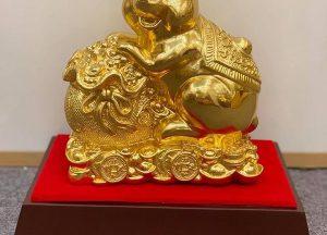 Tượng chuột mạ vàng ôm túi tiền may mắn tài lộc ấn tượng