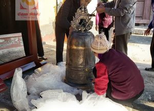 Chuông đồng đúc thủ công treo giá gỗ bàn giao tại chùa