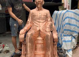 Tượng Bác Hồ ngồi ghế mây bằng đồng đỏ màu mộc cao 1m38 nặng 450kg