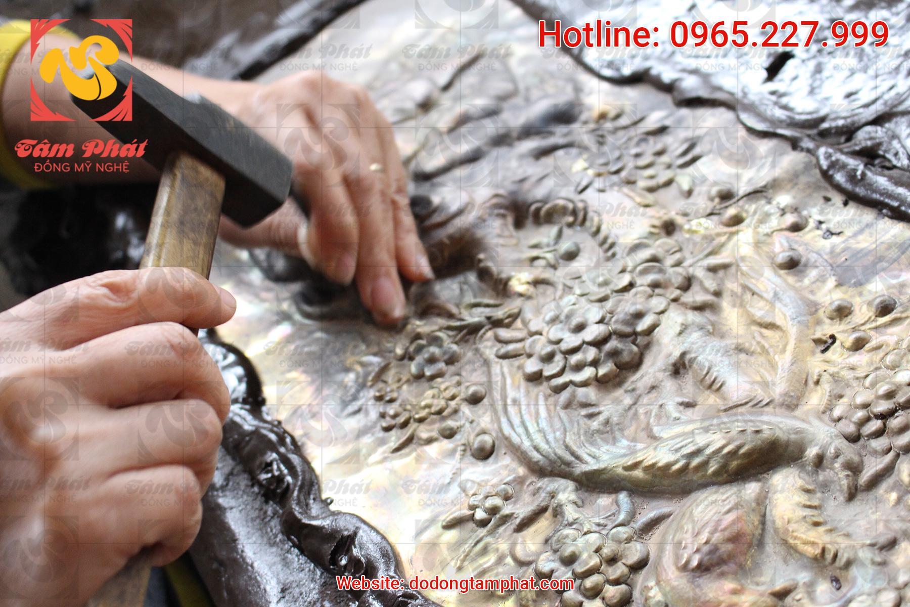 Tranh đồng – sản phẩm từ bàn tay những nghệ nhân Tâm Phát làng nghề Ý Yên, Nam Định