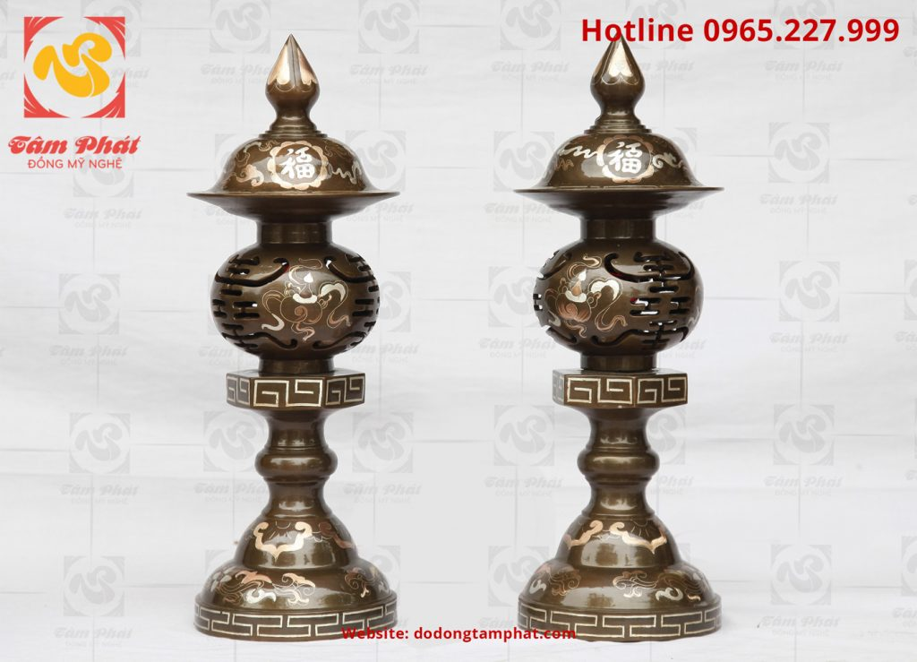 Đôi đèn thờ bằng đồng đỏ khảm tam khí cao 50cm