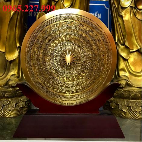 Biểu trưng mặt trống đồng Đông Sơn gắn đế gỗ, đường kính 23cm