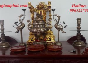 Ngai thờ bằng đồng sơn son thếp vàng, hình thức trang trọng