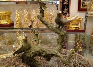 Tặng phẩm tượng đôi chim công đậu cành mai bằng đồng