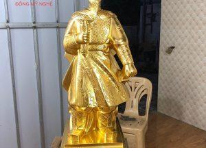 tuong-hung-dao-vuong-bang-dong-thep-vang-cao-80cm-1