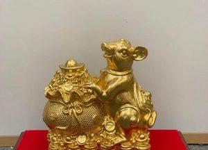 Chuột vàng tài lộc bên hũ tiền phú quý
