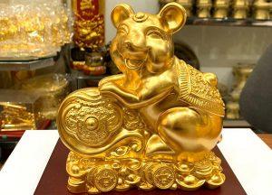Linh vật chuột vàng phong thủy bên gậy như ý