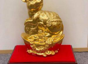 Quà tặng chuột vàng cao cấp ôm xâu tiền nằm trên đế gỗ
