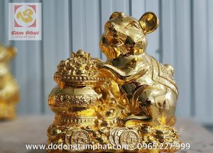 Tượng chuột phong thủy ôm hũ tiền dát vàng tinh xảo