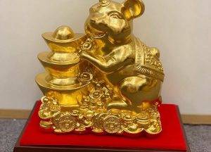 Tượng chuột tài lộc đẹp bên Kim Nguyên Bảo dát vàng