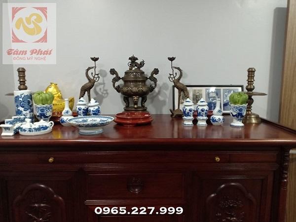 Lắp đặt cho khách bộ ngũ sự đỉnh đồng trên bàn thờ gia tiên