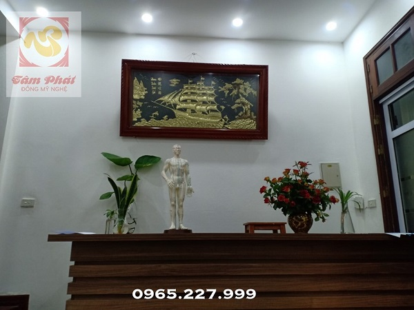 Tranh Thuận Buồm Xuôi Gió đồng vàng lắp đặt tại nhà khách
