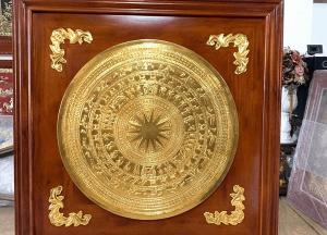 Tranh mặt trống đồng mạ vàng 24k khung gỗ 1m38