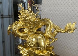 Tượng rồng phong thủy ôm địa cầu cao 42cm dát vàng 9999