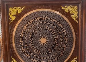 Mặt trống đồng đỏ đúc đường kính 80cm khung gỗ 1m1 lắp đặt tại nhà khách Hưng Yên