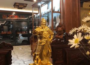 Tượng Đức Thánh Trần cao 70cm nặng 30kg dát vàng 9999 bàn giao cho khách