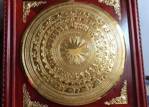 Mặt trống đồng mạ vàng khung gỗ hương đỏ kích thước 1m2x1m2