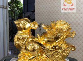 Tượng chuột dát vàng bên xe bắp cải tài lộc may mắn